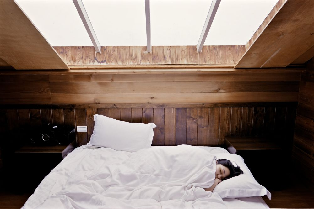 spanie w łóżku