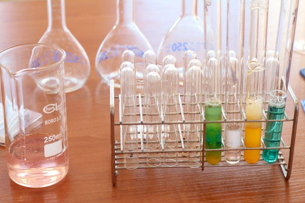 Poznaj zalety nauki chemii online!
