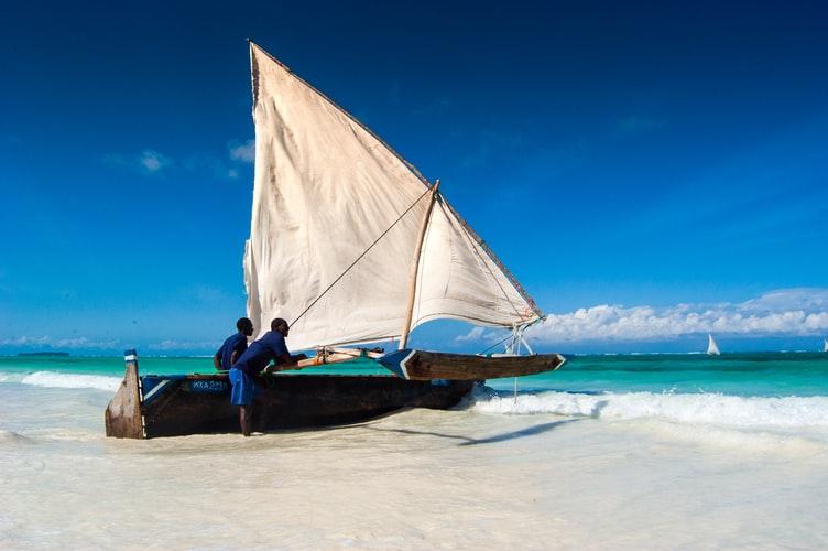 mężczyźni z łódka na Zanzibarze